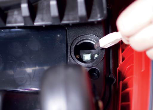 | AL-KO Robolinho® Autoupdater - Krok 10: Podłącz przewód USB i włącz robota